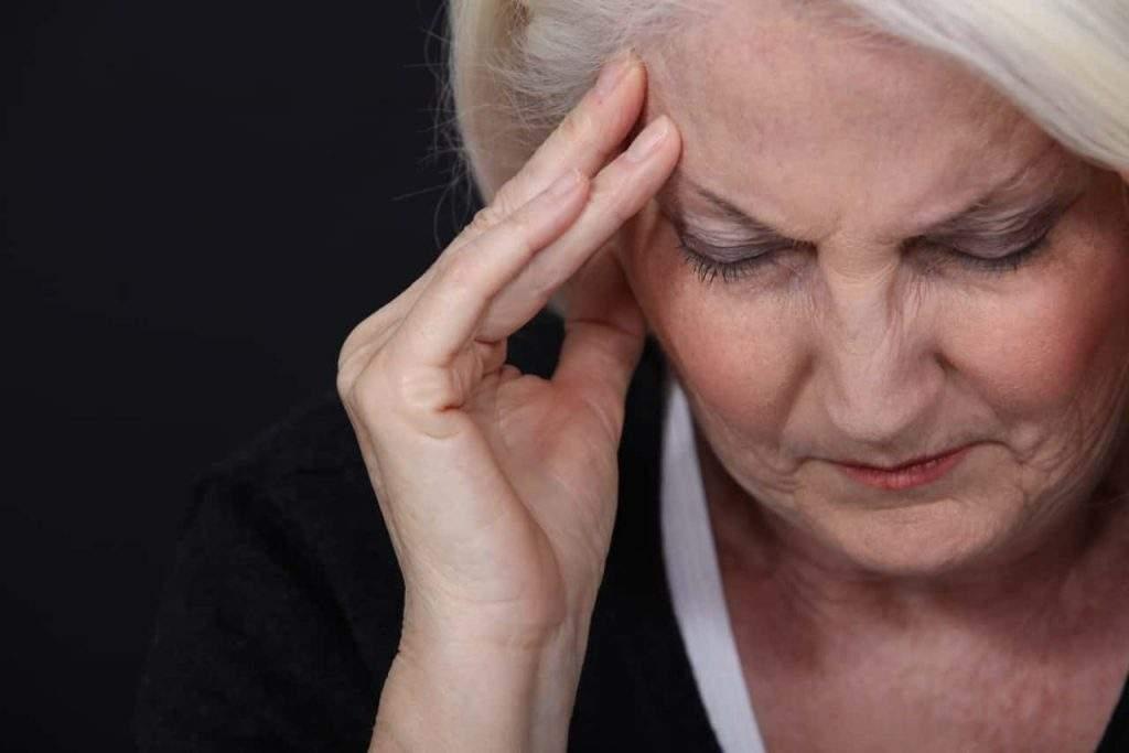 כואב הראש לאישה מבוגרת