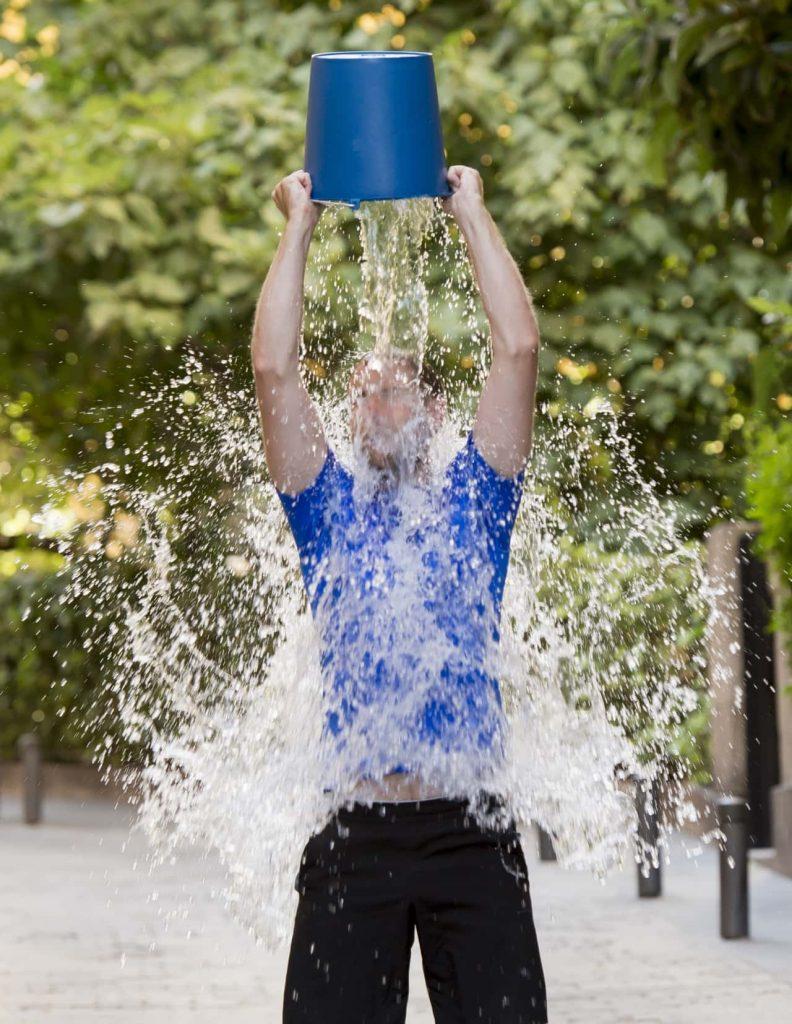 אדם שופך דלי מים על הראש