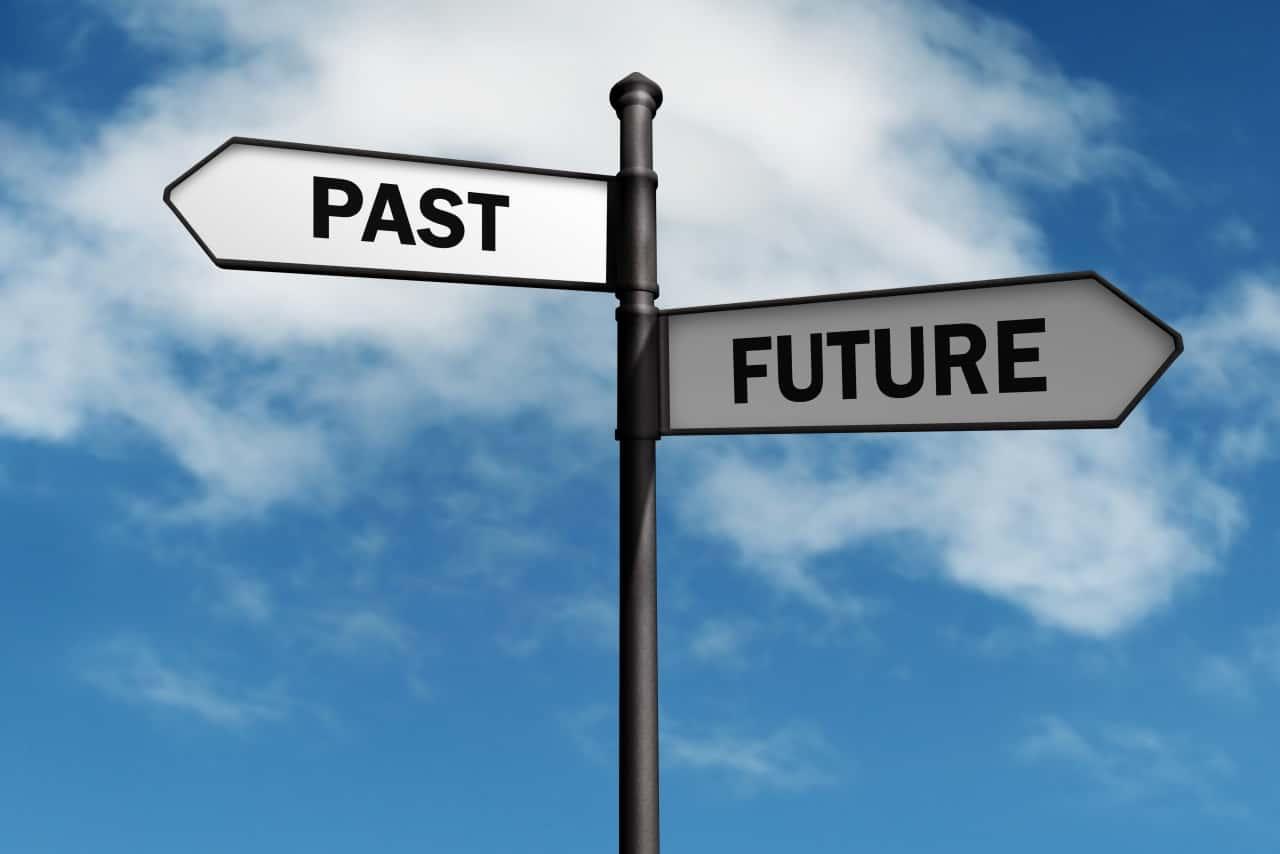 שלט בצומת - לבחור בעבר או בעתיד
