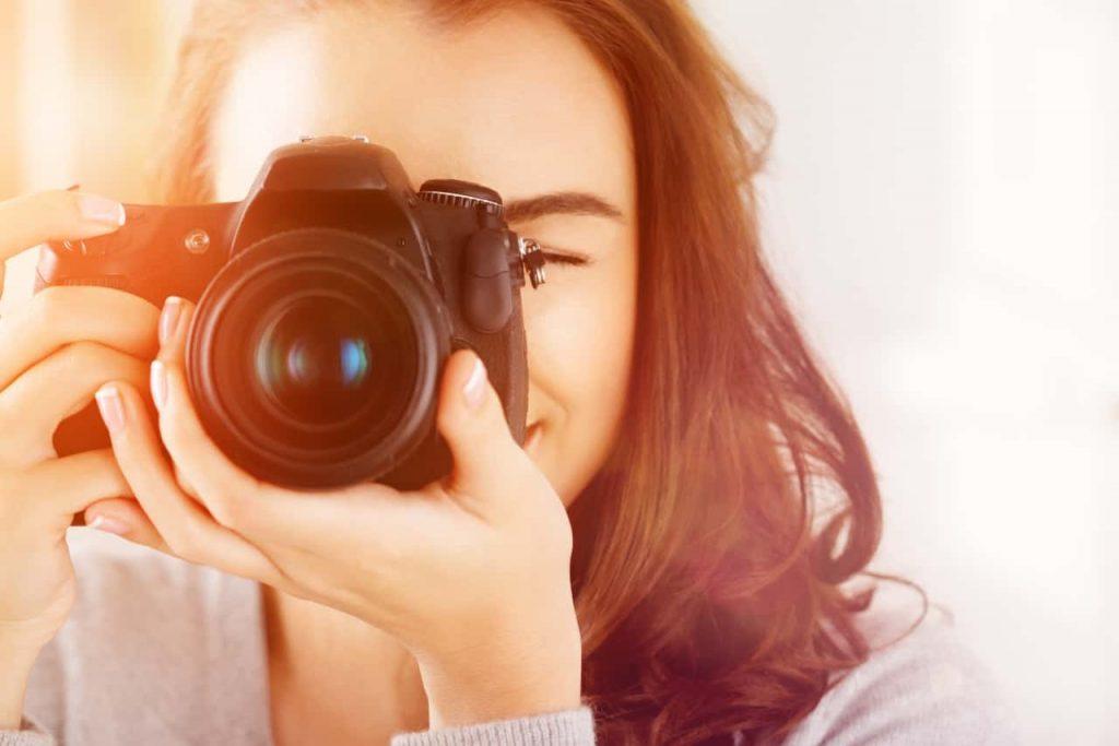 בחורה מצלמת