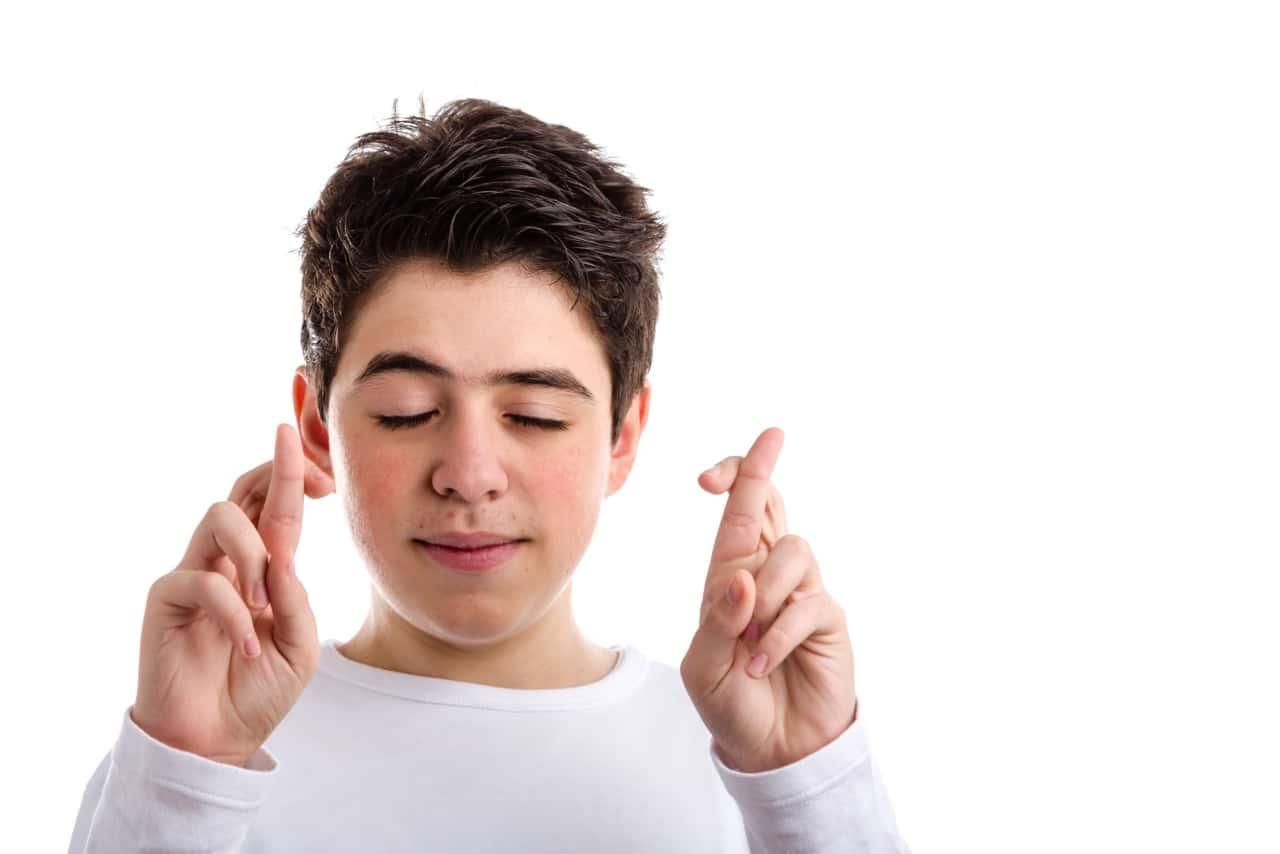 ילד מחזיק אצבעות