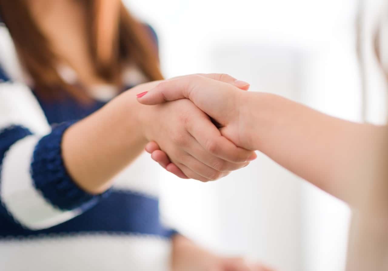 לוחצים ידיים