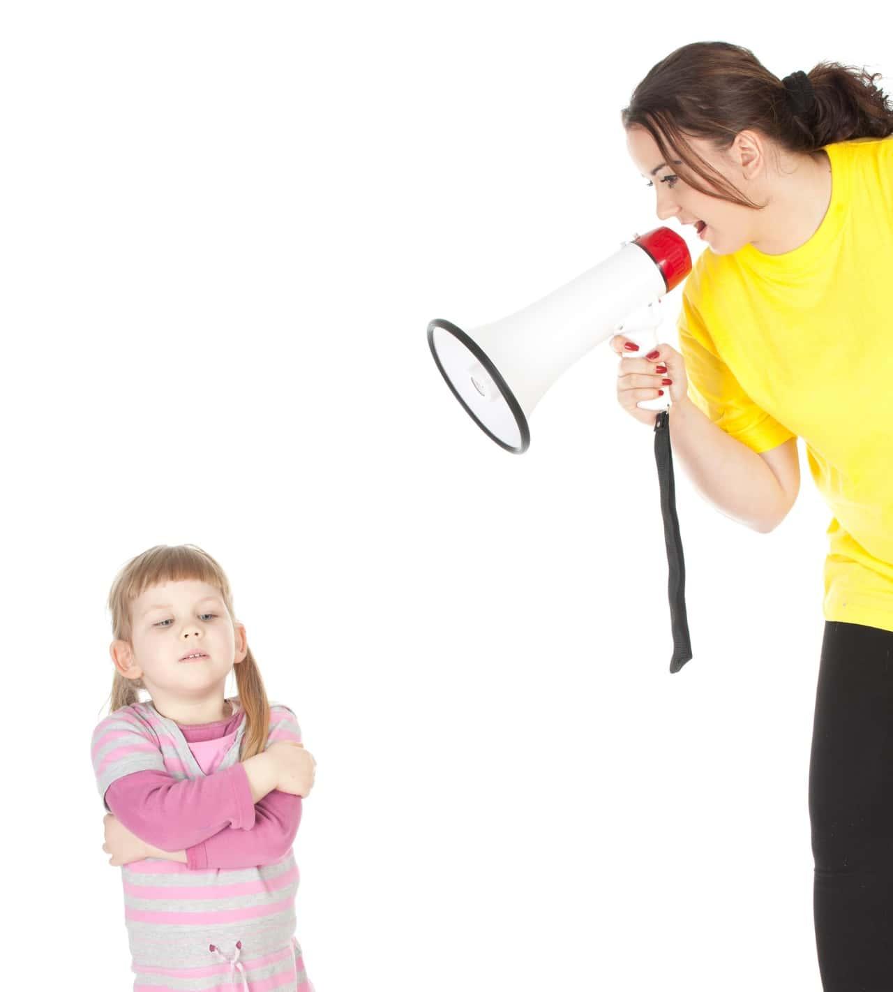 אמא צועקת על ילדה במגפון