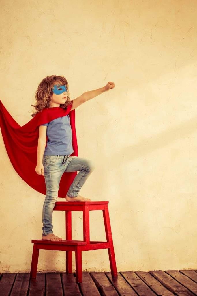 ילד לבוש כגיבור על