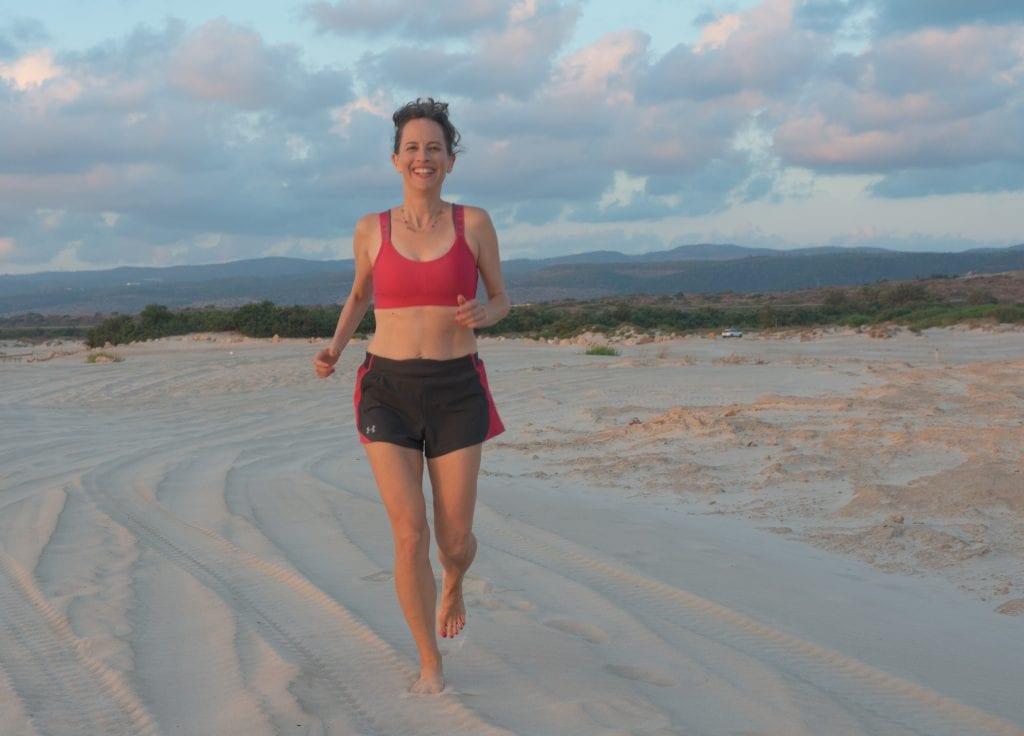 ריצה יחפה על החול